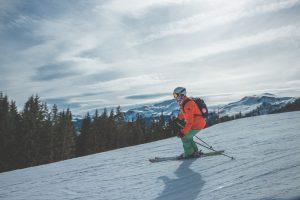 Smučar pozimi na snegu