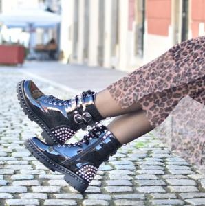 Jesenska modna obutev - črni bulerji.